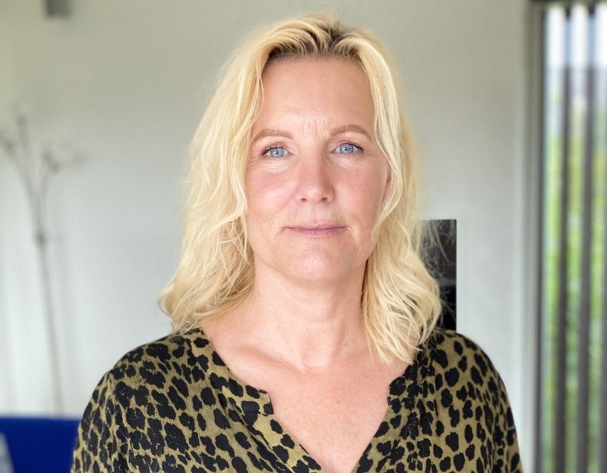 Ifølge Bente Stenstrup mente personalet ikke, at der var noget galt med hendes far, efter han engang var faldet. Hun krævede, at der kom en læge forbi, hvor det viste sig, at hendes far havde bøjet et ribben. Foto: TV2 Østjylland.