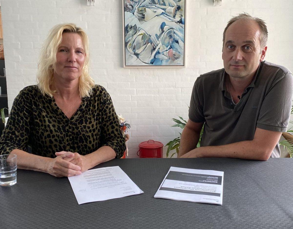 Bente Stenstrup og Jan Kjær Jensen har mistet hver deres far på Demenscenter Aarhus. Begge tror, at massiv omsorgssvigt accellererede processen. Foto: TV2 Østjylland.