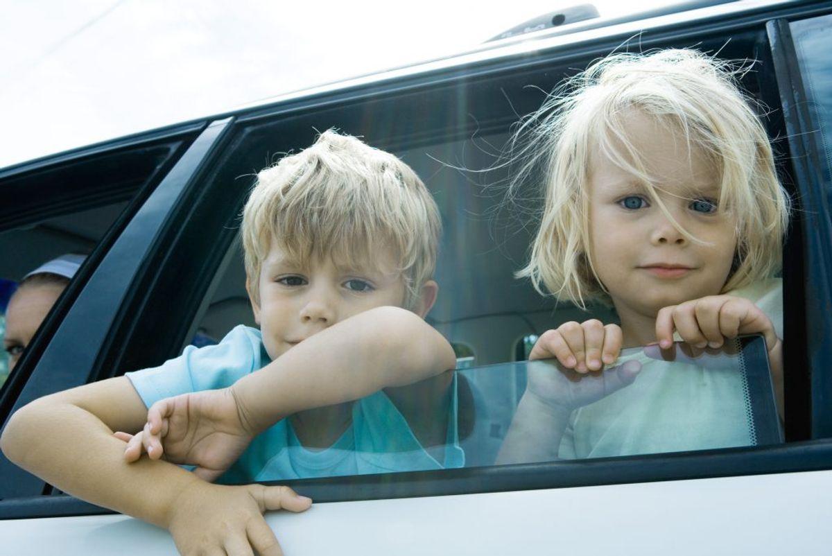 3. Kend landenes forskellige regler for eksempelvis overhaling og børns placering i bilen: I alle lande gælder det, at man skal overholde fartgrænsen, og at man ikke må bruge håndholdt telefon under kørslen. Man når generelt langt ved at overholde de regler, der gælder som bilist i Danmark.