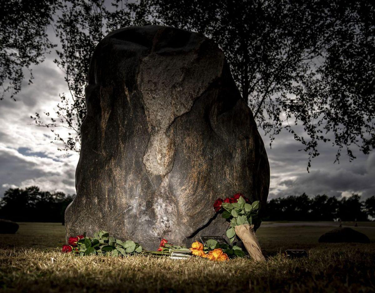 Der er lagt blomster til minde om de ni omkomne under Roskilde Festivalen i 2000 ved Mindelunden på Dyreskuepladsen i Roskilde, tirsdag den 30. juni 2020. Klik videre og se flere billeder. (Foto: Mads Claus Rasmussen/Ritzau Scanpix)