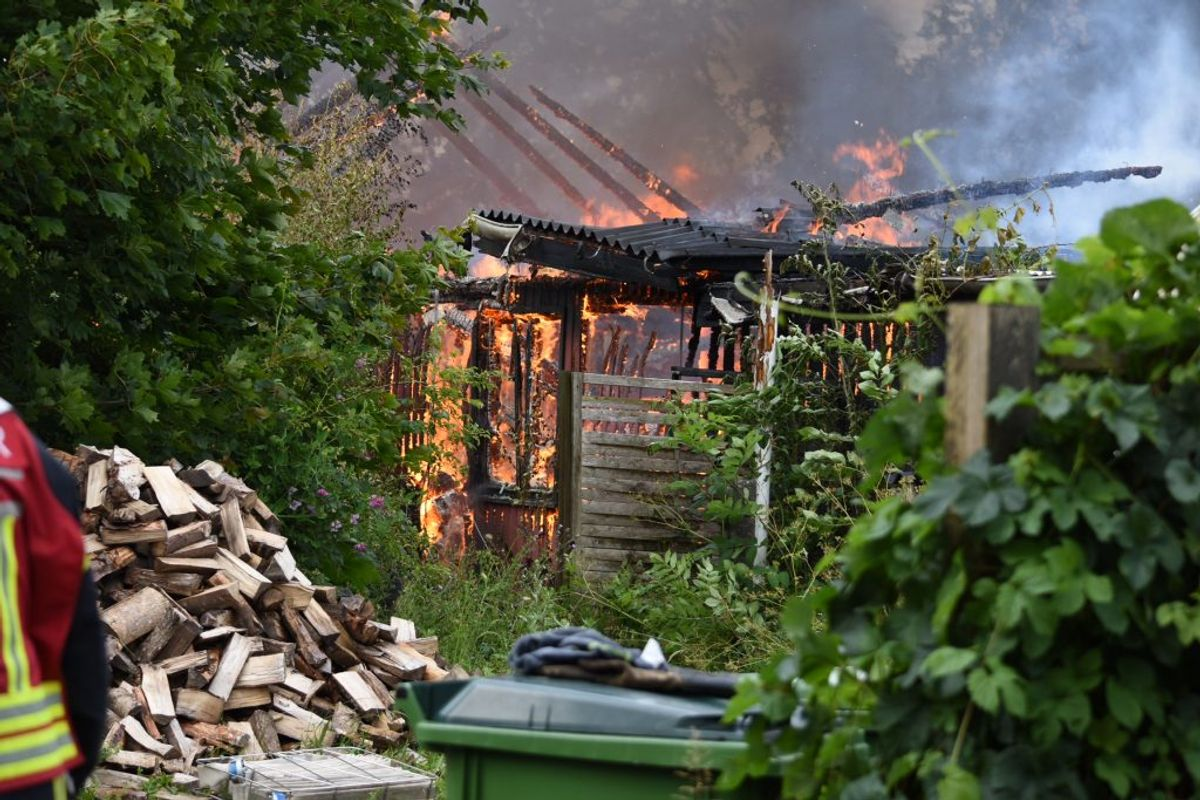 Branden bredte sig fra carporten til beboelsesejendommen. Der brændte ned. Foto: Presse-fotos.dk