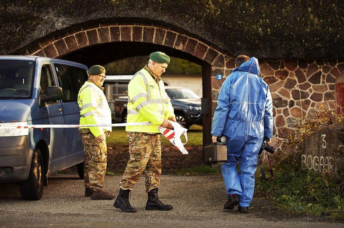 Dobbeltdrabet skete på en gård på Helnæs. Se flere billeder fra politiets efterforskning på stedet længere nede i artiklen. Foto: Carsten Bundgaard/Ritzau Scanpix