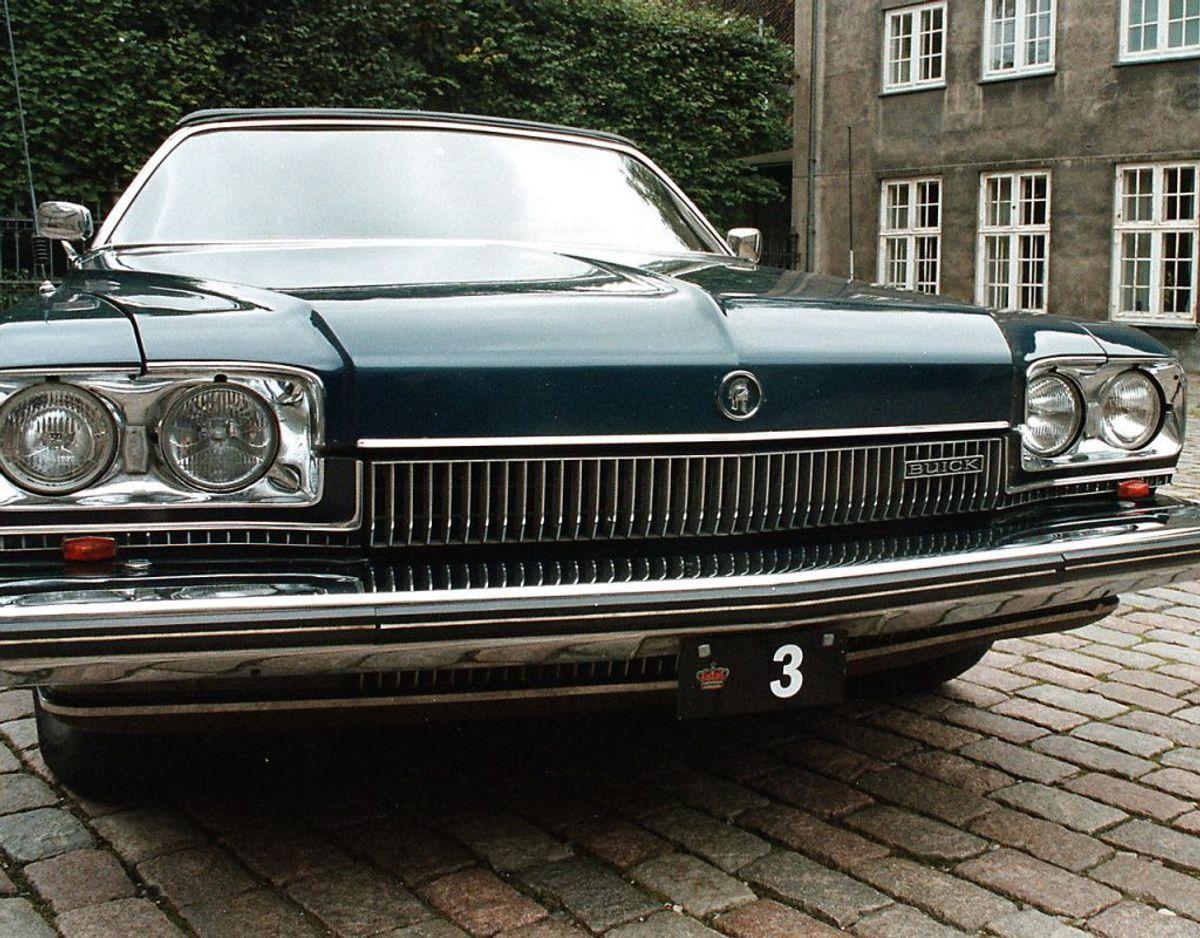 """Det kommer nok ikke som den store overraskelse, men med mindre du gifter dig ind i Kongehuset, så kommer du aldrig til at montere en såkaldt krone-nummerplade på din bil. Det er forbeholdt dronning Margrethe og resten af den kongelige familie. Her er det afdøde prins Henriks """"Krone 3""""-model, en Buick-cabriolet. Arkivfoto Scanpix"""