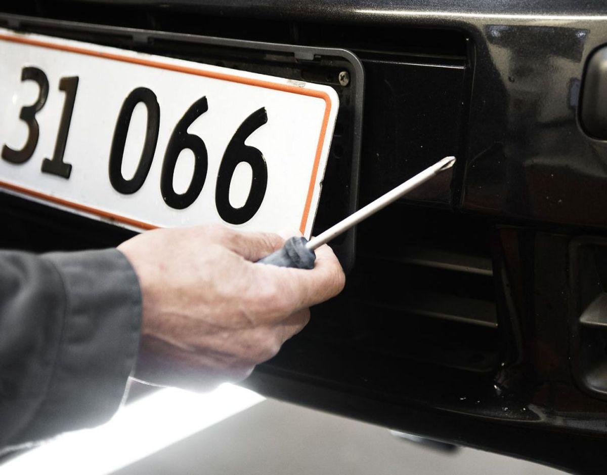 Der findes desuden er række særlige nummerplader til eksempelvis militæret (sorte med gul skrift), lufthavne (rød med hvid skrift) og Beredskabsstyrelsen (blå med orange skrift). Arkivfoto: Mathias Løvgreen Bojesen/Scanpix