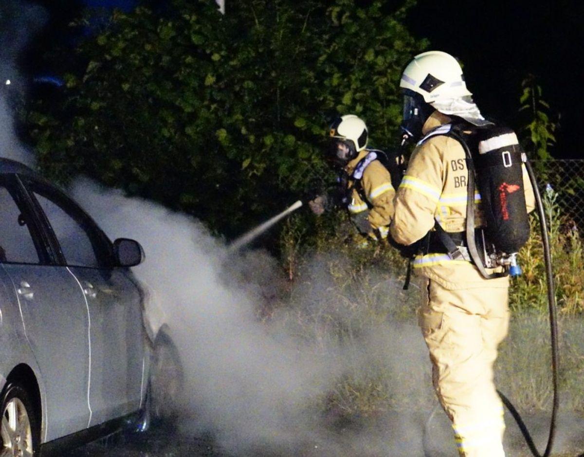 En bil ved siden af den brændende havde fået knust en rude, men var ikke brudt i brand. Foto: Presse-fotos.dk
