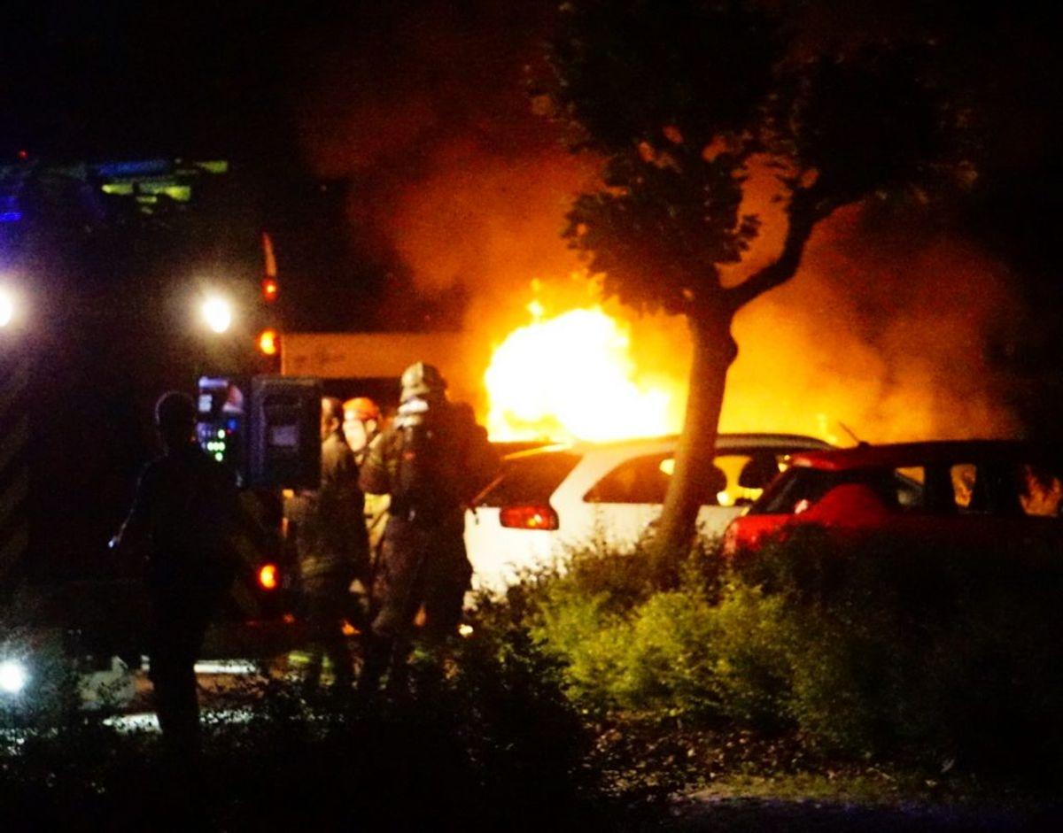 Østjyllands Politi mener, at der er tale om en påsat brand, da en bil stod i flammer søndag aften i Aarhus Vest. Foto: Presse-fotos.dk
