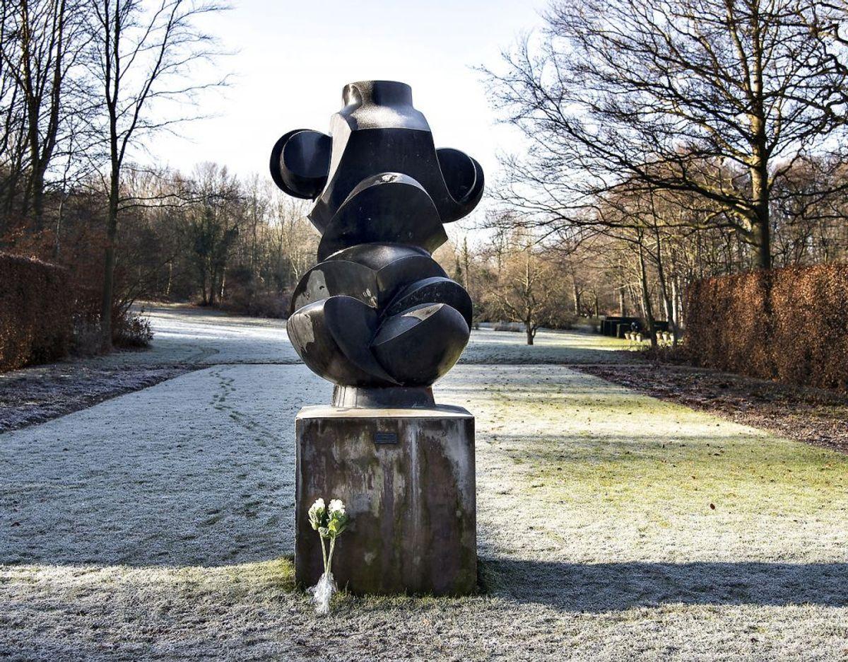 """Særlig Prins Henrik nød slotsparken, hvor han fik flere af sine egne værker udstillet. Her er det """"Torso"""". Foto: Scanpix"""