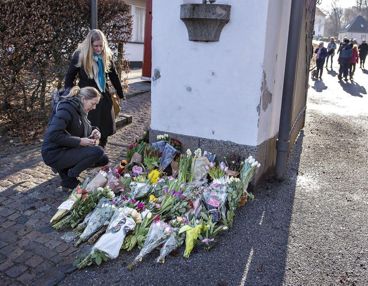 Aarhusianerne flokkedes til Marselisborg med blomster, da nyheden om Prins Henriks død ramte landet. Foto: Scanpix