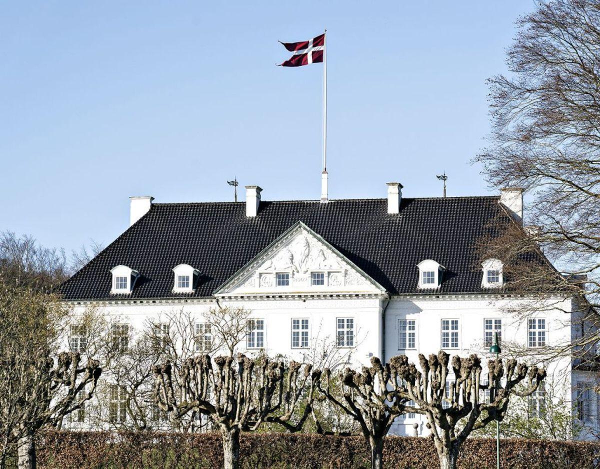 Hendes Majestæt opholder sig i øjeblikket på Marselisborg Slot, hvor den særlige rose opkaldt efter prinsen nu blomstrer for første gang. Foto: Scanpix