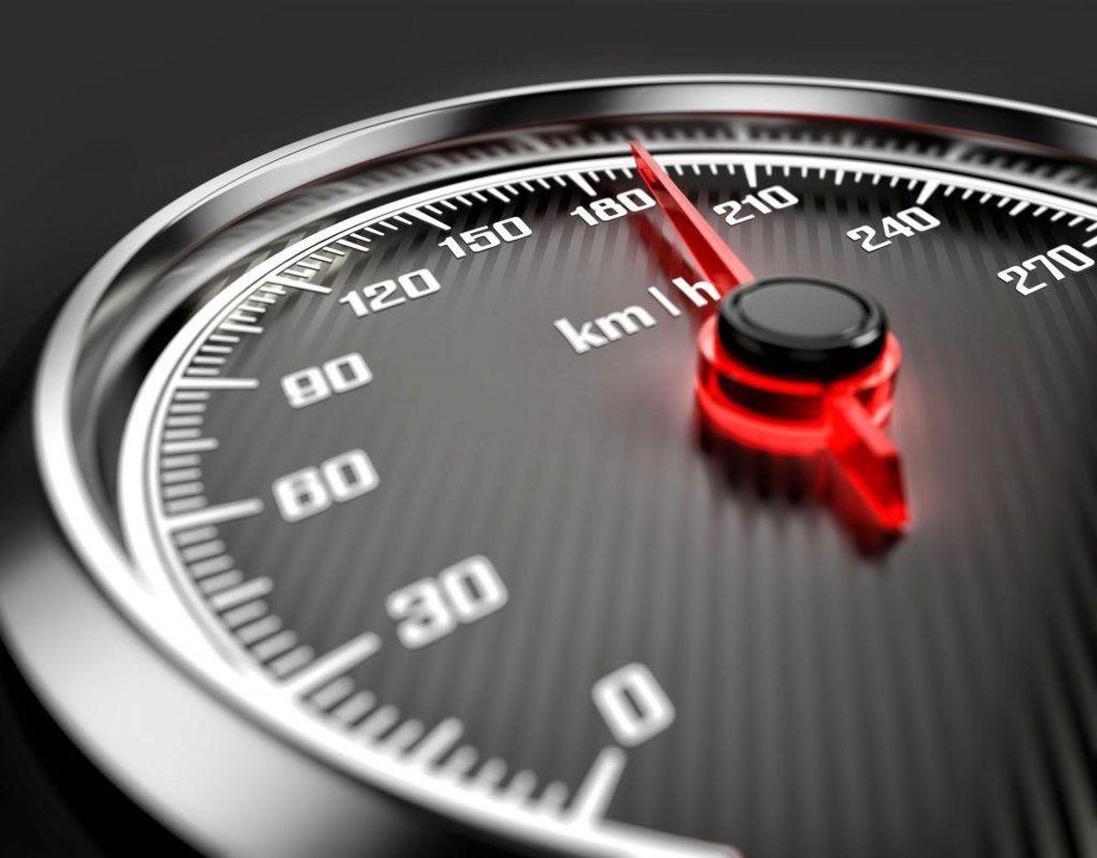 Hvis du overtræder den gældende hastighedsgrænse, og kører mere end 100km/t, med mere end 100%, bliver dit kørekort ubetinget frakendt. Foto: Scanpix.