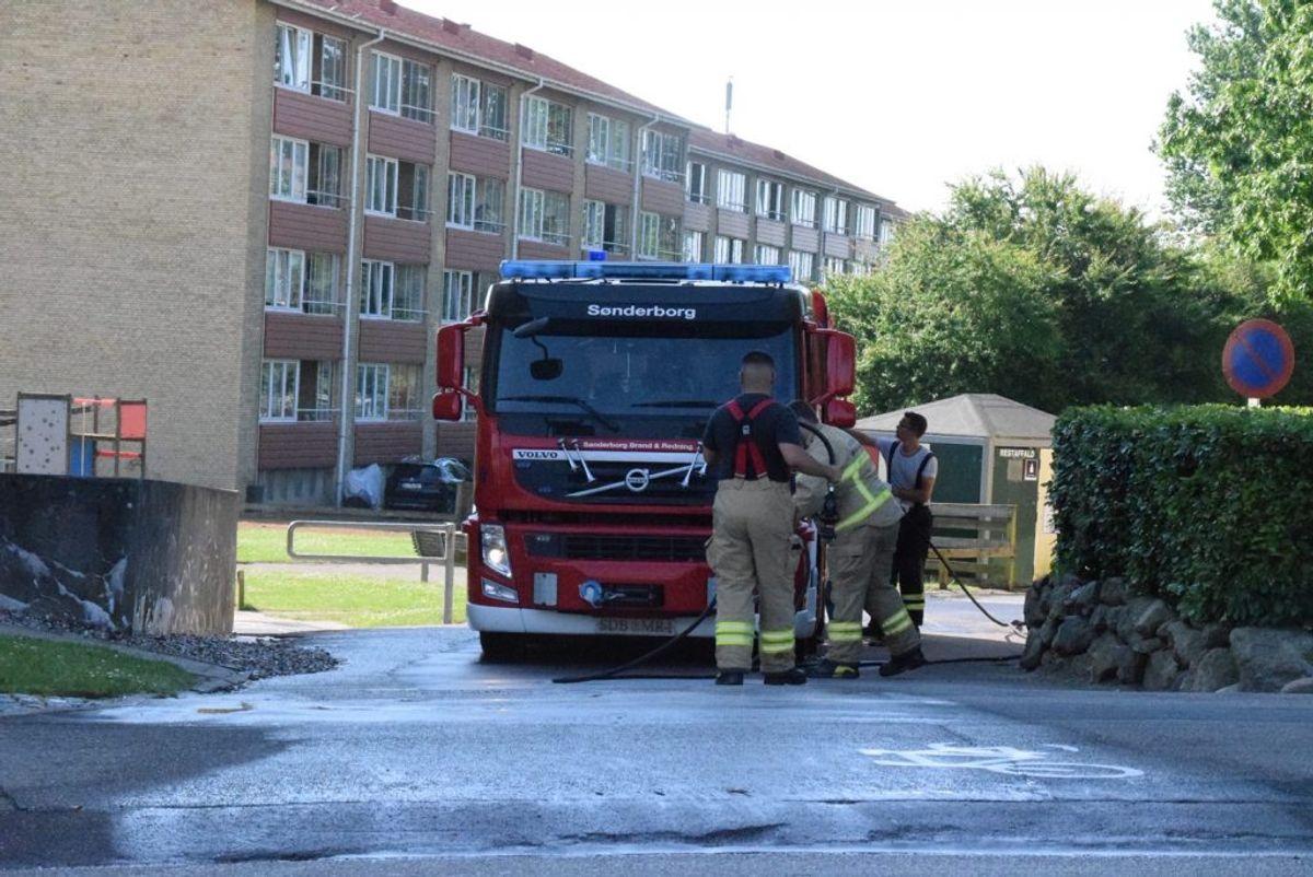 Brandvæsenet rykkede ud lørdag morgen og spulede vejen fri for blod. Foto: Presse-fotos.dk