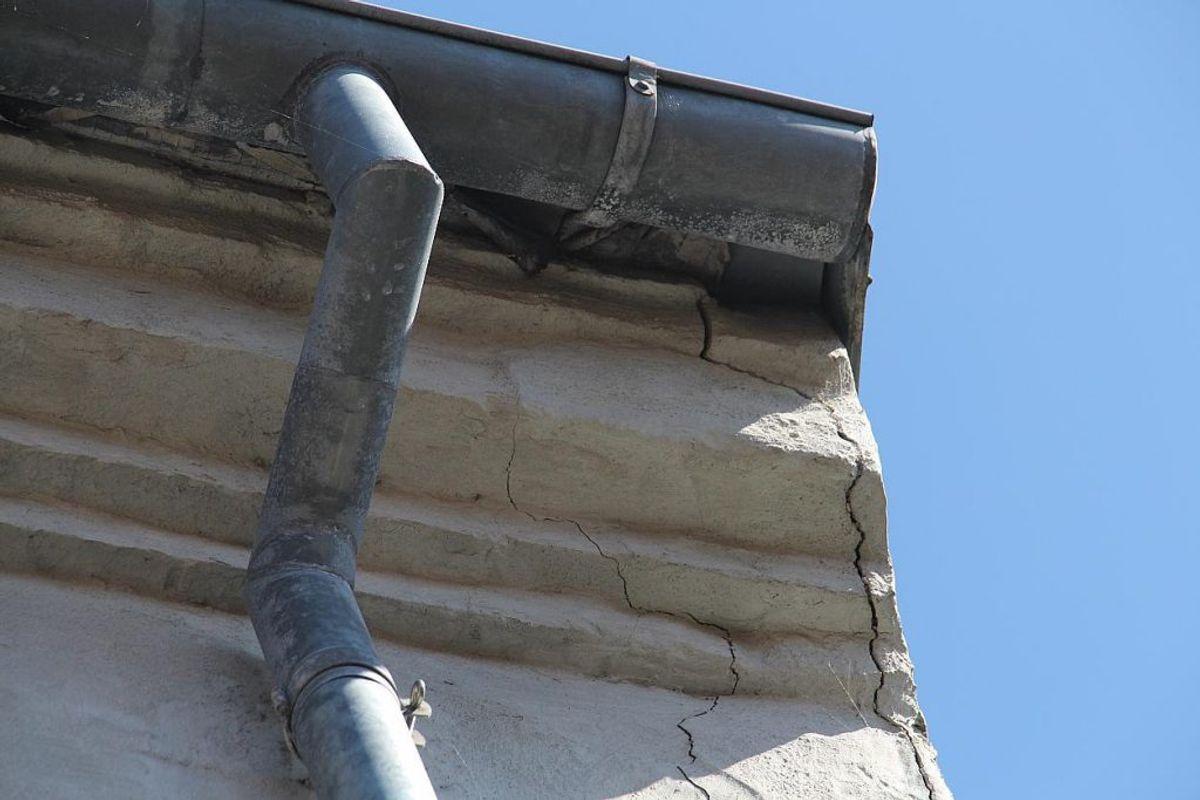 Flere steder er der revner i husets facade. Foto: TV2 Østjylland