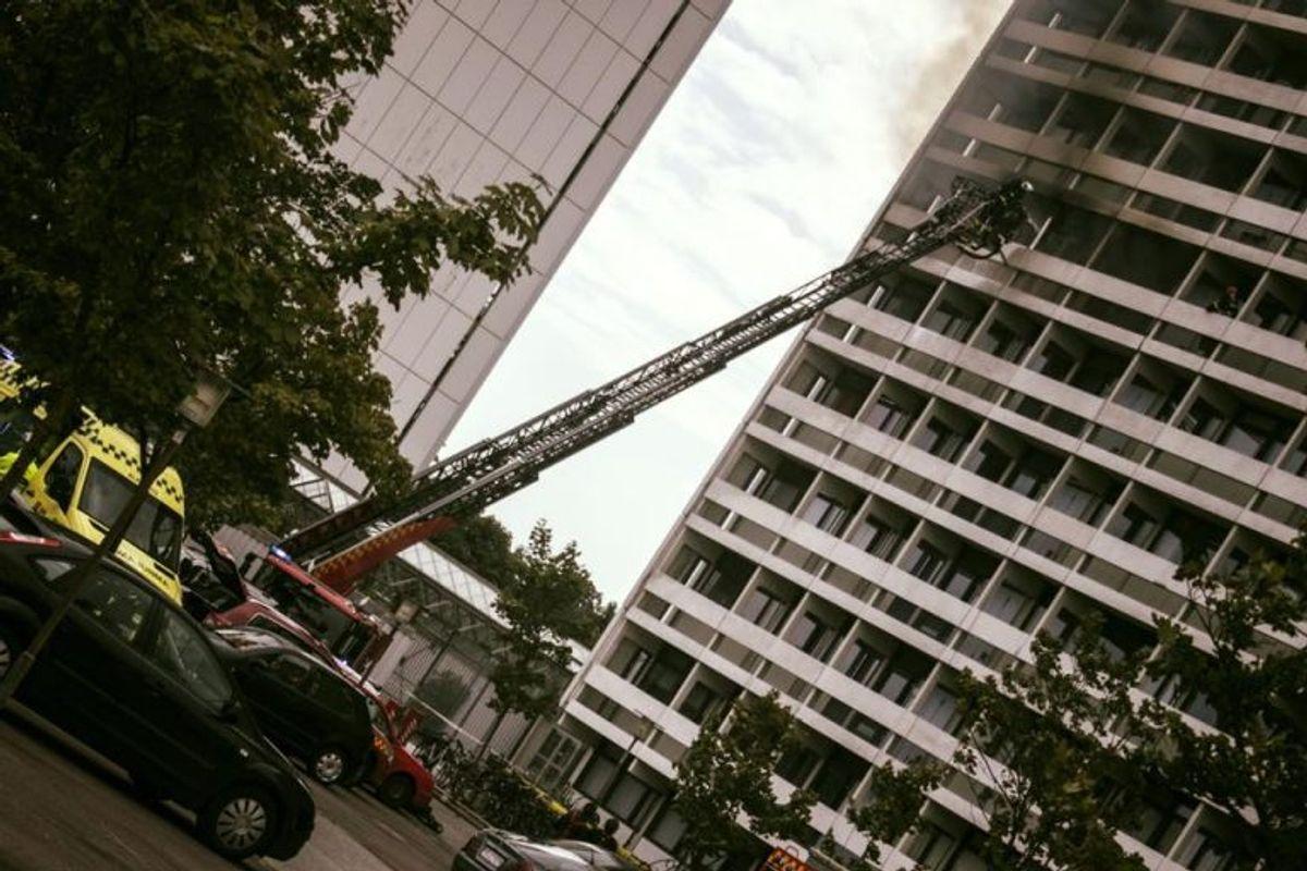 Her ses en drejestige rejst til 6. sal ved brand i Høje Gladsaxe. KLIK for flere billeder. Foto: Beredskab Øst.