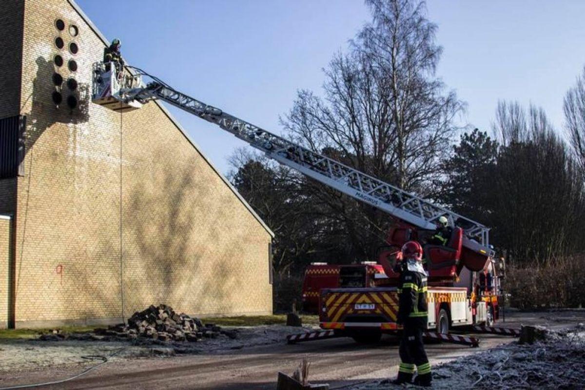 Øvelse med skæreslukker fra stigetop. Foto: Beredskab Øst.