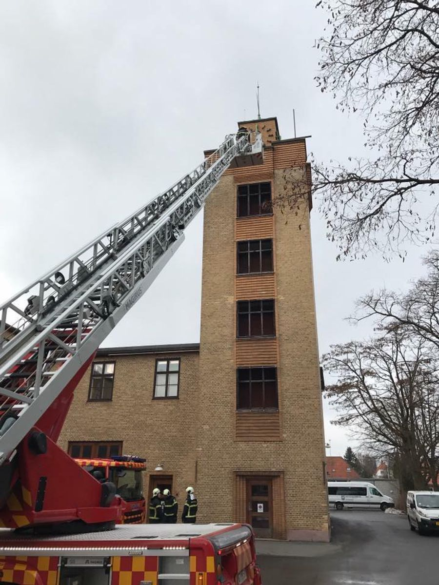 Øvelse med drejestige på slangetårnet på st. Gentofte. Foto: Beredskab Øst.
