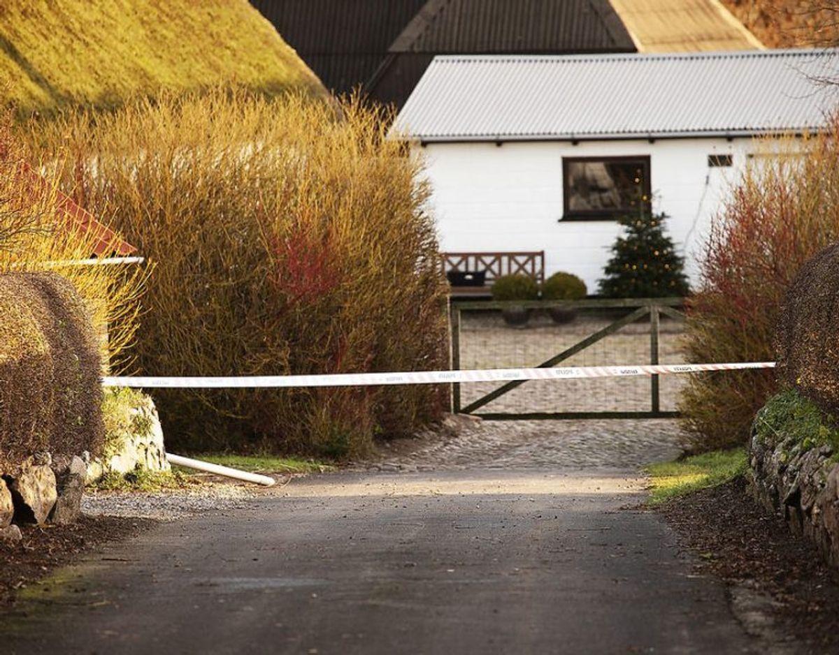 På gårdspladsen ved indgangen til stuehuset gjorde betjentene et uhyggeligt fund. En 37-årig mand og en 74-årig kvinde lå døde – dræbt med adskillige knivstik Foto: Carsten Bundgaard/Ritzau Scanpix