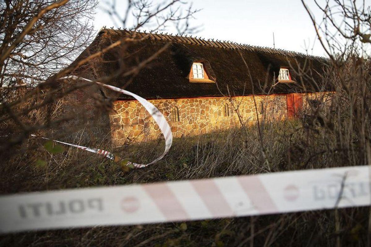 Dobbeltdrabet skete på en gård på Helnæs. Klik videre og se billeder fra politiets efterforskning på stedet. (Foto: Carsten Bundgaard/Ritzau Scanpix)