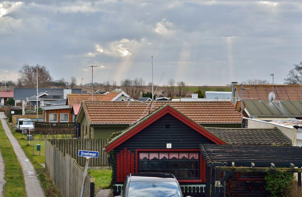 Sommerhuse er blevet populære, nu hvor mange danskere bliver hjemme. De er også populære blandt svindlere. I artiklen kan du se, hvordan du sikkert lejer et sommerhus. Foto: Colourbox.