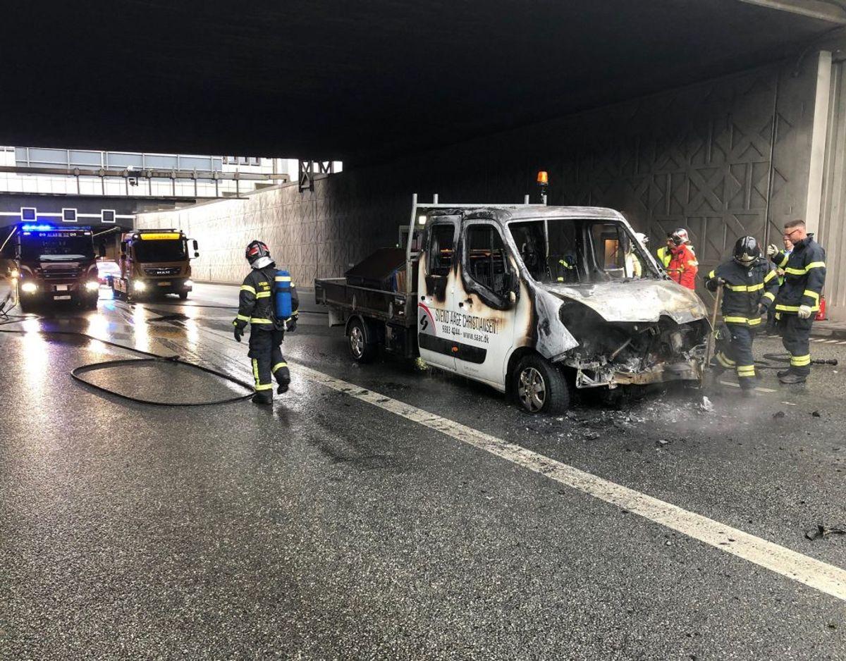 Mandag morgen var Limfjordstunnellen spærret, da der udbrød brand i en varebil. Foto: Rasmus Skaftved