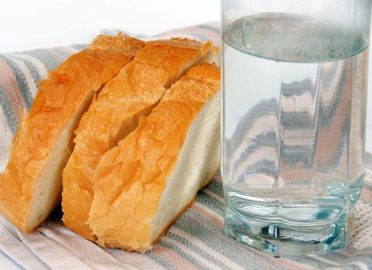 Brød er blandt de varer, du kan købe, der er rigtig meget salt i. Du kan komme omkring problemet ved at bage brødet selv, og holde øje med mængden af salt, du hælder i.