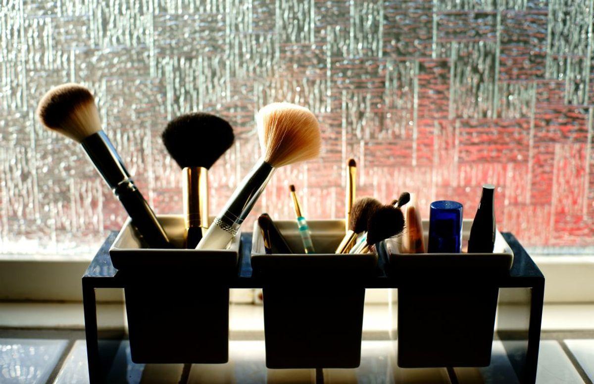 Mange ved det ikke – men makeup er faktisk en af de største bakteriebomber i hjemmet overhovedet. Gør det rent så godt du kan – og smid eventuelt gammelt makeup ud. Kilde: The Healthy. Arkivfoto.