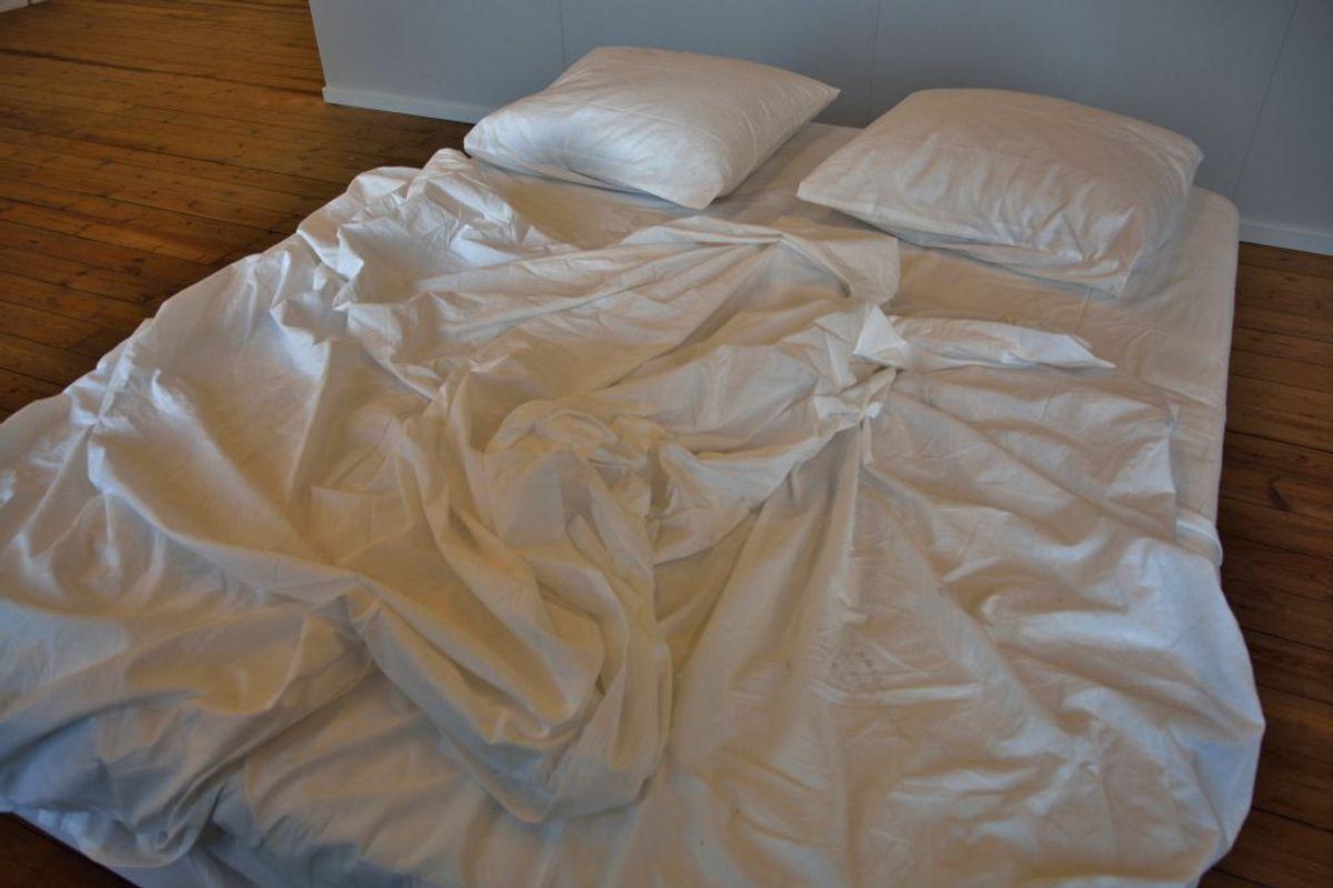 Ligesom selve madrassen kan der også gemme sig mange døde hudceller i lagenet. Du kan med fordel vaske dit lagen en gang om ugen. Kilde: The Healthy. Arkivfoto.