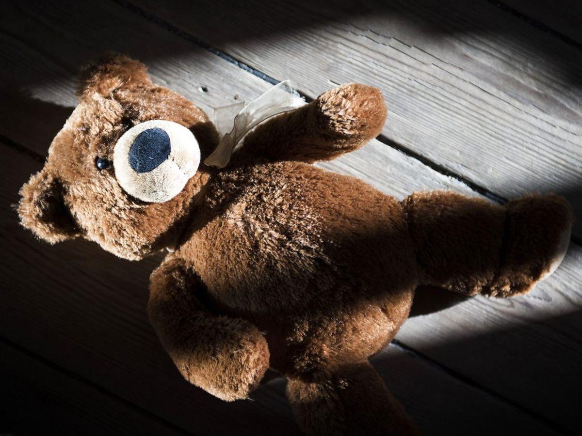 Endnu en gang har Østjyllands Politi modtaget en anmeldelse om en mand, der udleverer bamser til børn. Denne gang en syvårig pige. Det skal undersøges, om det trækker tråde til en tidligere sag. KLIK VIDERE OG SE FLERE BILLEDER Foto: Kristian Djurhuus/Ritzau Scanpix