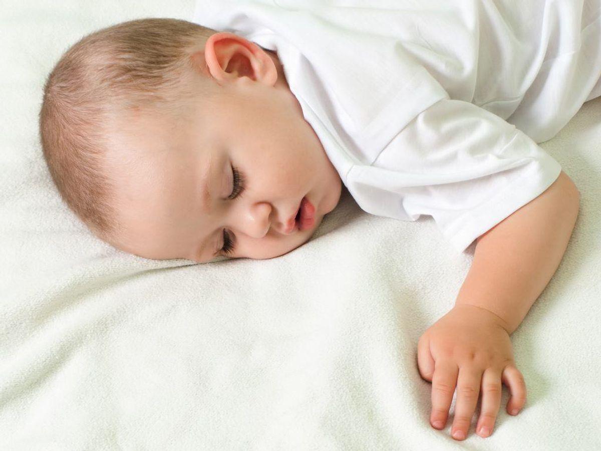 Sover du på maven, risikerer du at strække din nakke og ryg for meget ud, hvilket kan gå udover blodomløbet ifølge søvneksperten. Kilde: Real Simple. Arkivfoto.