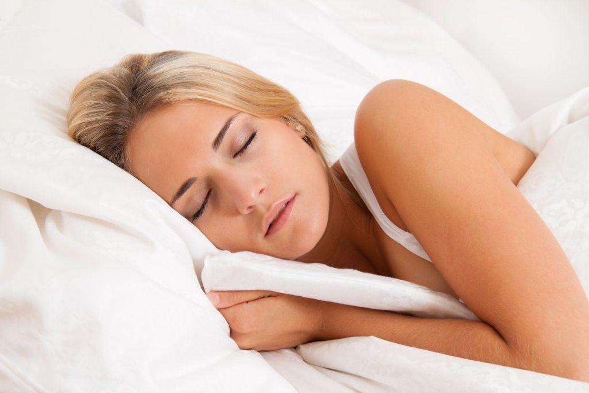 Sygdom og smerter går ofte ud over søvnen. Gå til lægen og bliv behandlet. For meget eller forkert medicin kan også forstyrre søvnen. Kom ud af det, hvis du har et medicinmisbrug.