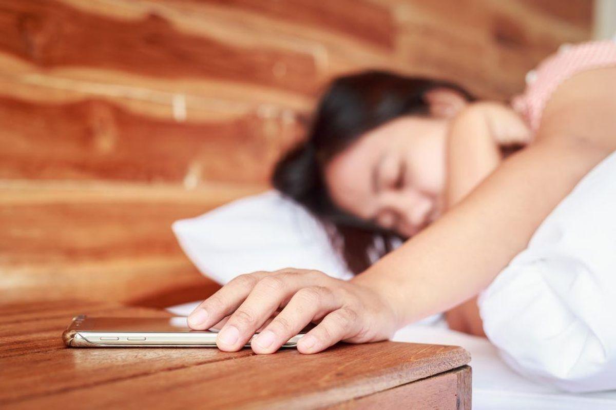Stå op på samme tidspunkt hver dag – uanset hvor lidt eller meget, du har sovet. Så er det lettere at fastholde et godt søvnmønster.