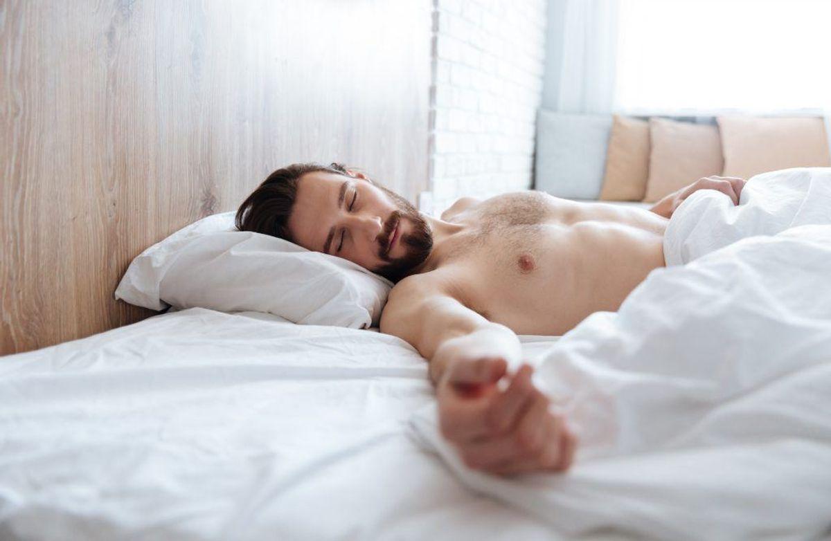 Hvis du vågner om natten og ikke falder i søvn igen inden for 20 minutter, så forlad soveværelset. Sæt dig roligt og læs noget kedeligt i en bog eller et blad – ikke på en skærm med blåt lys. Gå i seng igen, når du føler dig søvnig.