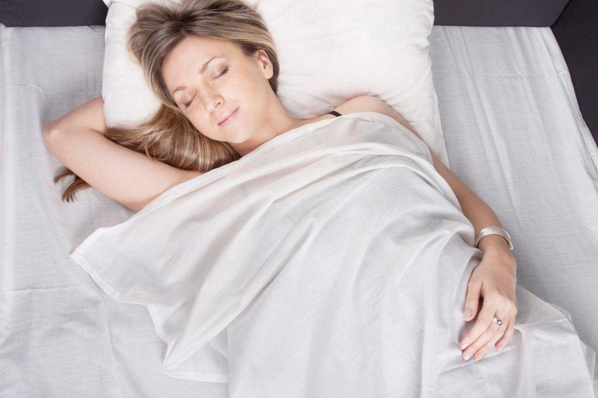 Er du plaget af tankemylder om natten? Så vær bevidst om at lukke for tankestrømmen, når du går i seng. Aftal med dig selv, at du kan tage dig af tingene indtil f.eks. kl. 22, og så er der lukket.