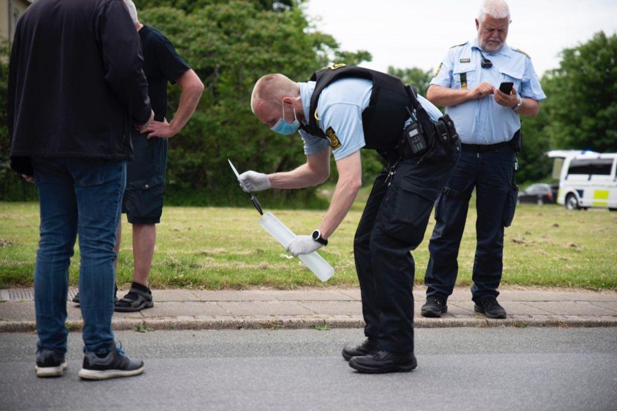 Manden er også mistænkt i en sag på stedet om noget personfarligt, siger politiet, der ikke vil uddybe. Her interesserer politiet sig for en kniv. Foto: Presse-fotos.dk