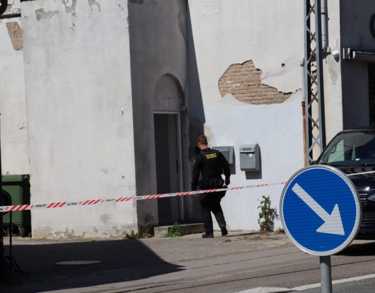 En kvinde faldt fra 1. sal og ned på Søborg Hovedgade – det skete ifølge politiet i forbindelse med et røveri. Nu offentliggør politiet billeder af mistænkte. Klik videre og se dem. Foto: Presse-fotos.dk