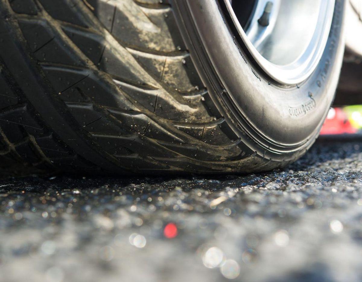 Hvis mønsterdybden på dækkene er slidt ned til dækkets slidindikator, som på personbiler er 1,6 mm. Er mønsterdybden under 1,6 mm, medfører det udover omsyn også et køreforbud. Foto: Scanpix