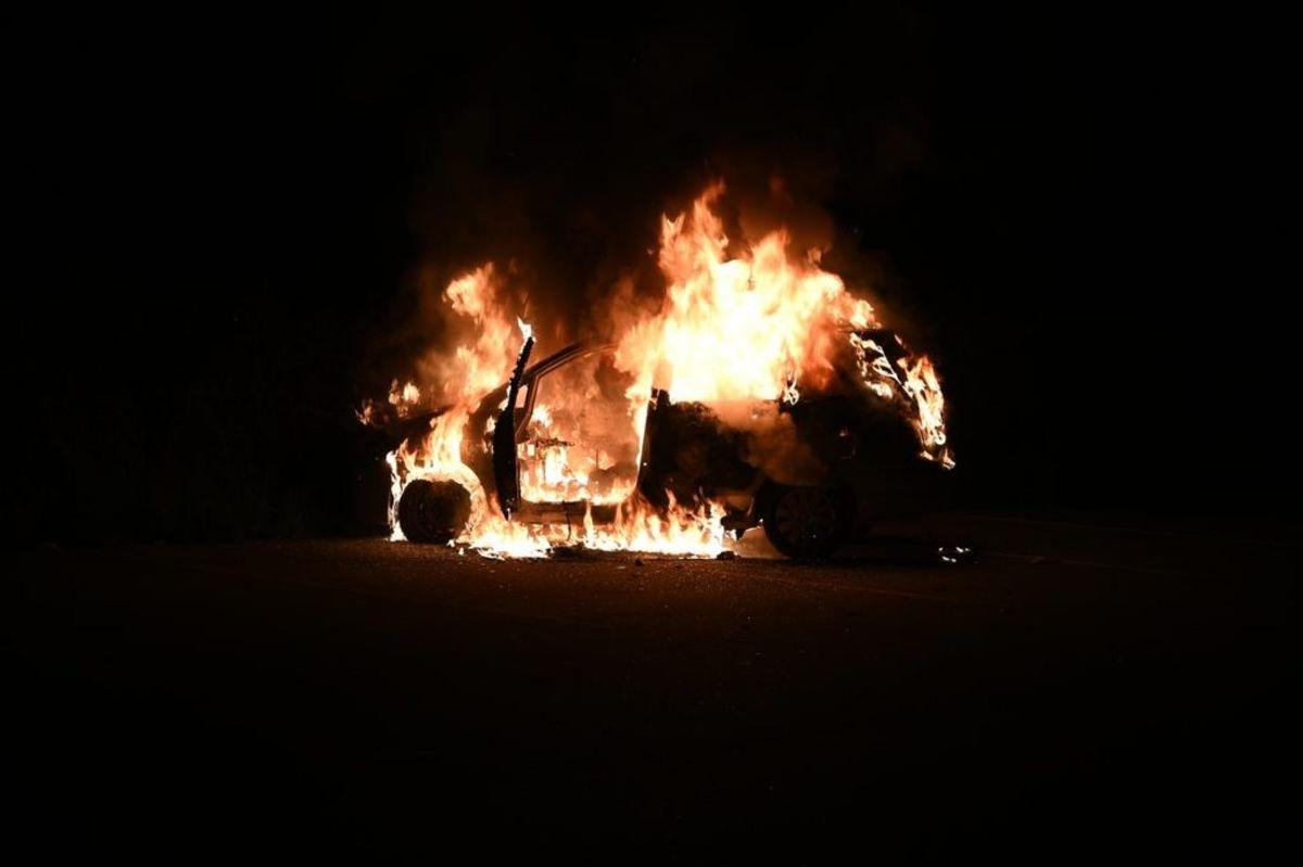 Der har været nogle brande i biler og containere natten til søndag i bydelen Gellerup i Brabrand ved Aarhus. Foto: Øxenholt Foto