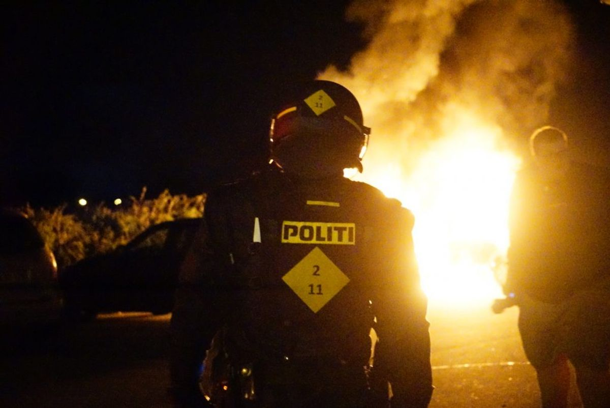 Tre personer blev anholdt i forbindelse med uroligheder i Gellerup, Brabrand natten til søndag. Foto: Presse-fotos.dk. KLIK videre og se flere fotos fra stedet.