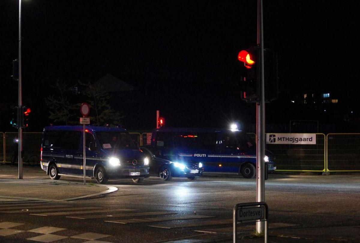 Politiet har hele natten været talstærkt i Gellerup. Blandt andre kampklædte betjente. Foto: Øxenholt Foto