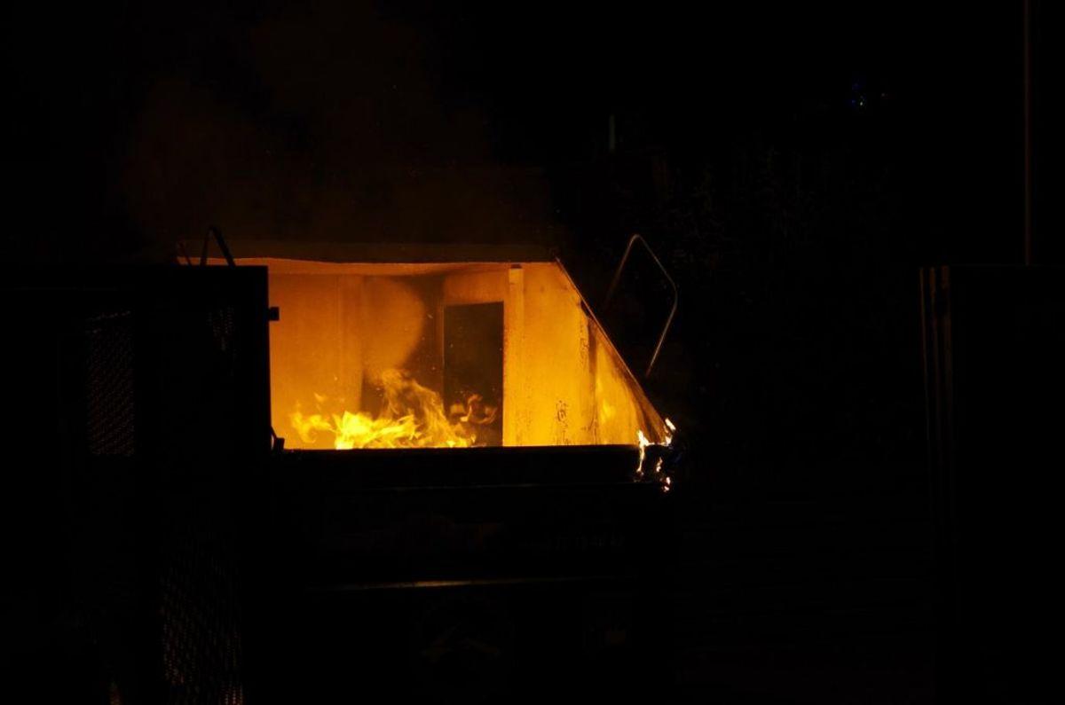 Containere blev stukket i brand. Foto: Øxenholt Foto