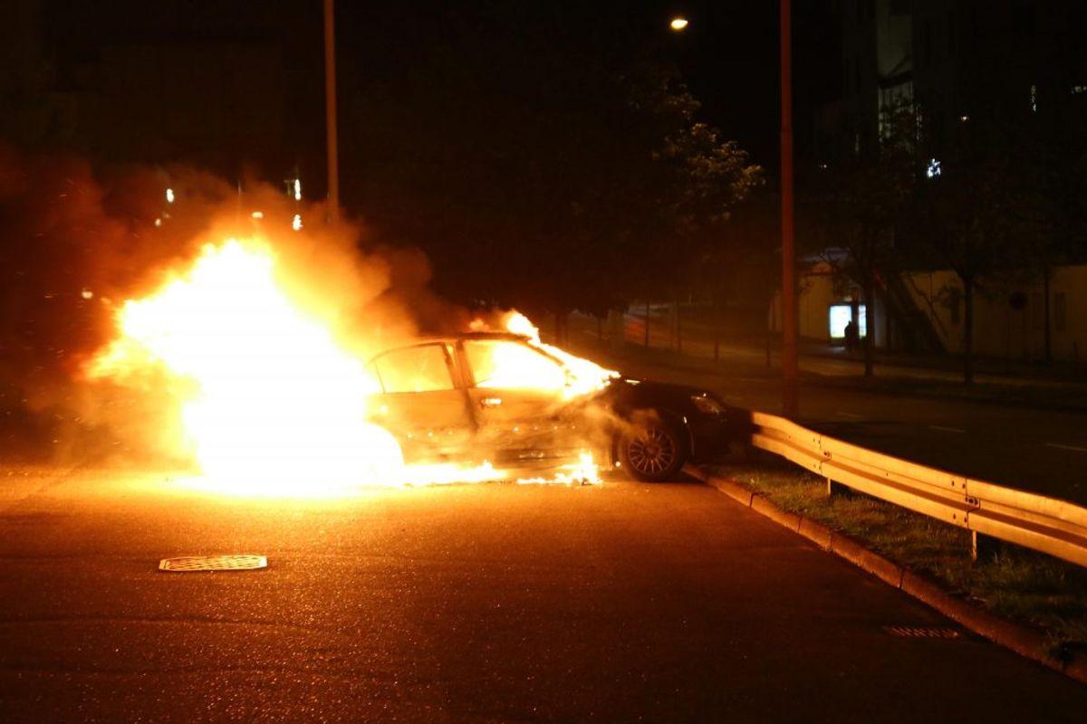 Det gik voldsomt for sig i Gellerupparken natten til lørdag. KLIK FOR FLERE BILLEDER FRA STEDET. Foto: Presse-fotos.dk