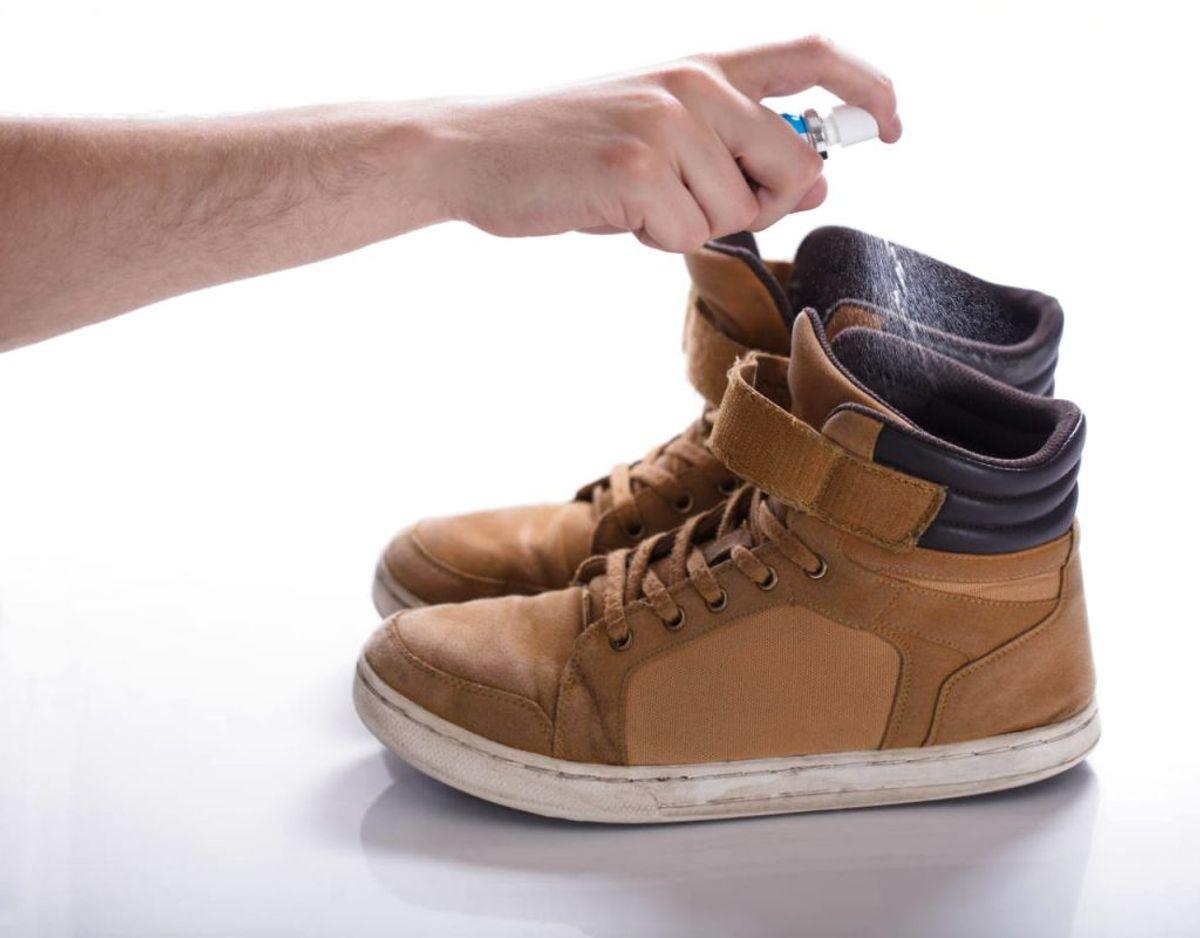 Du kan også spraye dem med en antibakteriel spray. Og derefter at lade skoene lufttørre. Foto: Ritzau Scanpix/ Arkiv