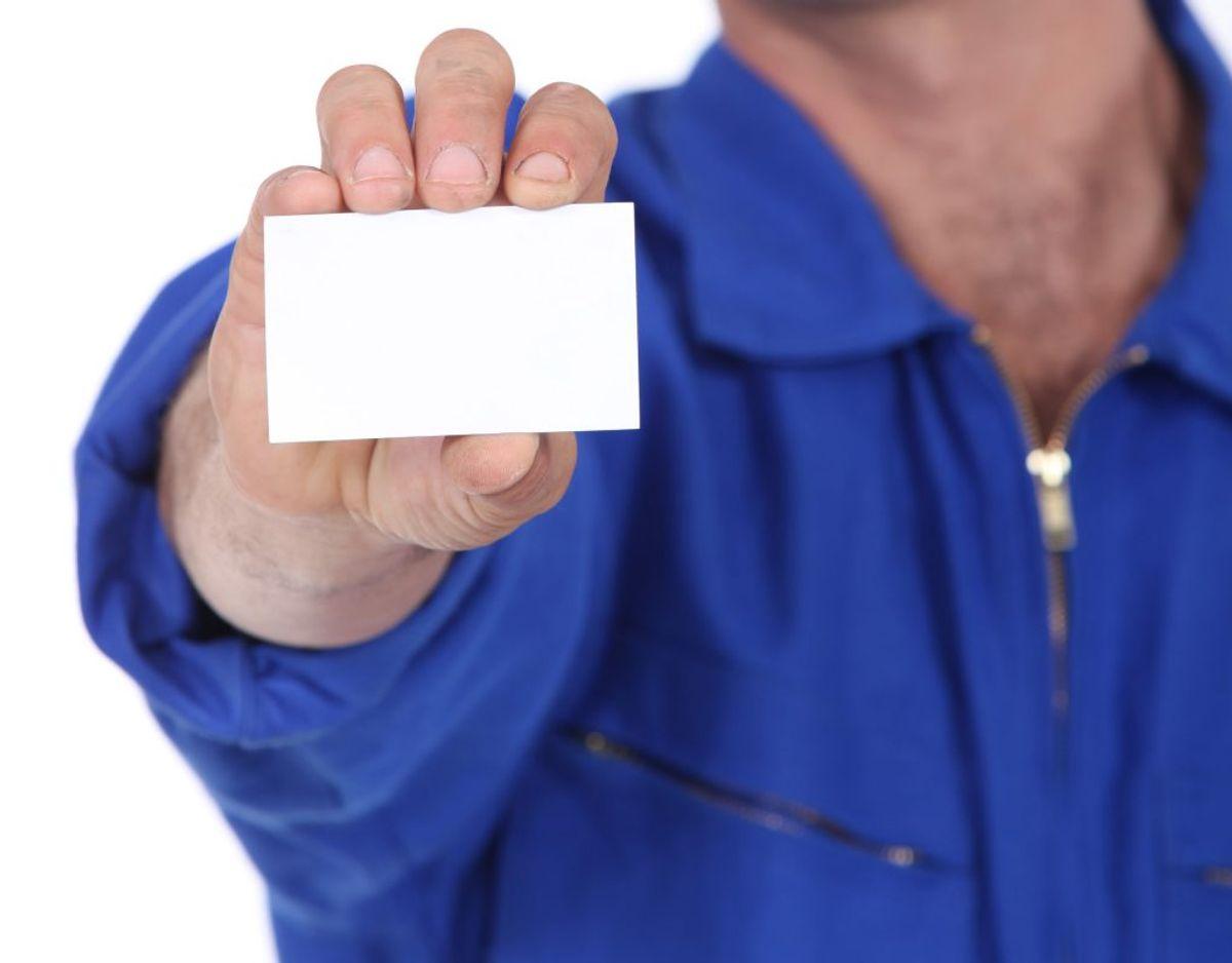 Den udsendte fra inkasso skal med det samme gøre det klart, hvem vedkommende er, og at vedkommende er fra inkasso. Det gøres med legitimationskort fra Rigspolitiet.