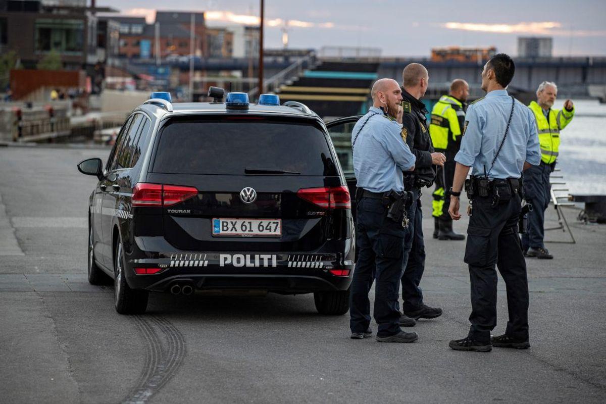 Efter personen var blevet stukket ned sendte politiet dykkere i havnen ved Slotspladsen for at lede efter gerningsvåbnet. . KLIK VIDERE OG SE ET BILLEDE MERE. Foto: Rasmus Skaftsved.