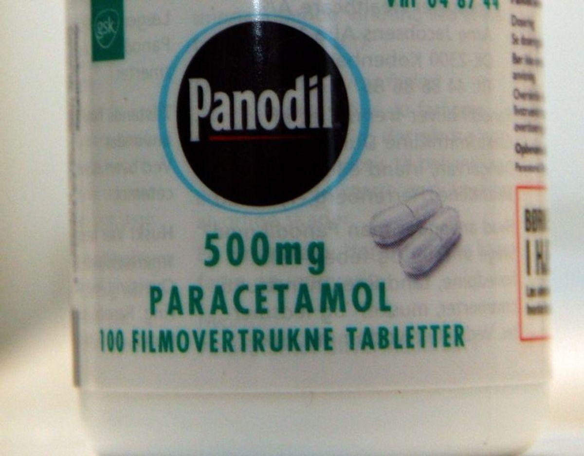 Paracetamol er det mest anvendte smertestillende stof. Det mest kendte præparat med paracetamol er Panodil, men man kan også få paracetamol fra en række andre producenter, og der er ikke nogen forskel på, hvilket mærke, man køber. Paracetamol virker smertestillende og febernedsættende. Det kan anvendes mod smerter som for eksempel hovedpine, menstruationssmerter og muskelsmerter eller ved feber. Paracetamol har generelt få bivirkninger og er derfor det smertestillende præparat, man hyppigst anbefaler. Foto: Scanpix