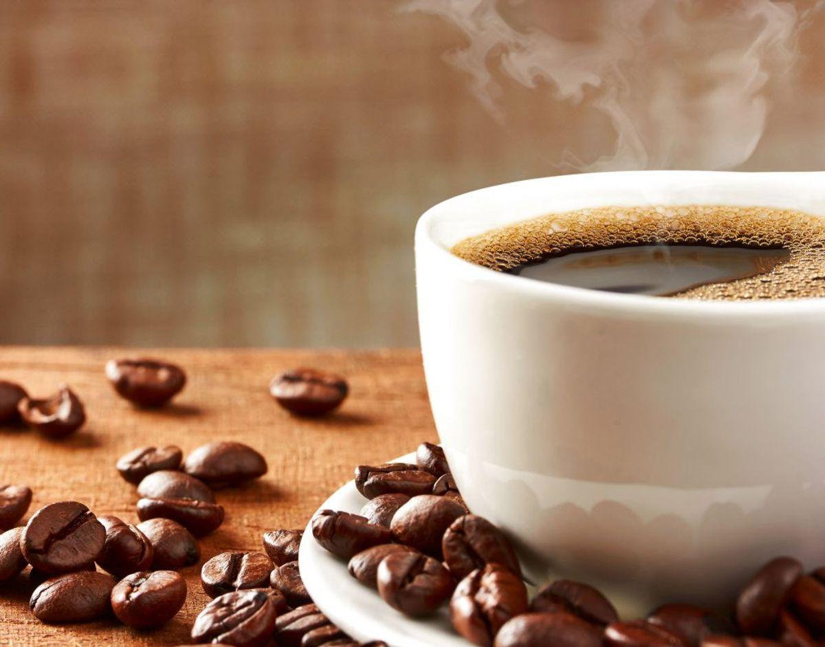Koffein virker opkvikkende og bruges i nogle typer smertestillende medicin. Det har muligvis en effekt mod nogle typer af hovedpine. Ved brug af koffeinholdige smertestillende håndkøbslægemidler giver én tablet cirka samme mængde koffein som ½-1 kop kaffe. Foto: Scanpix