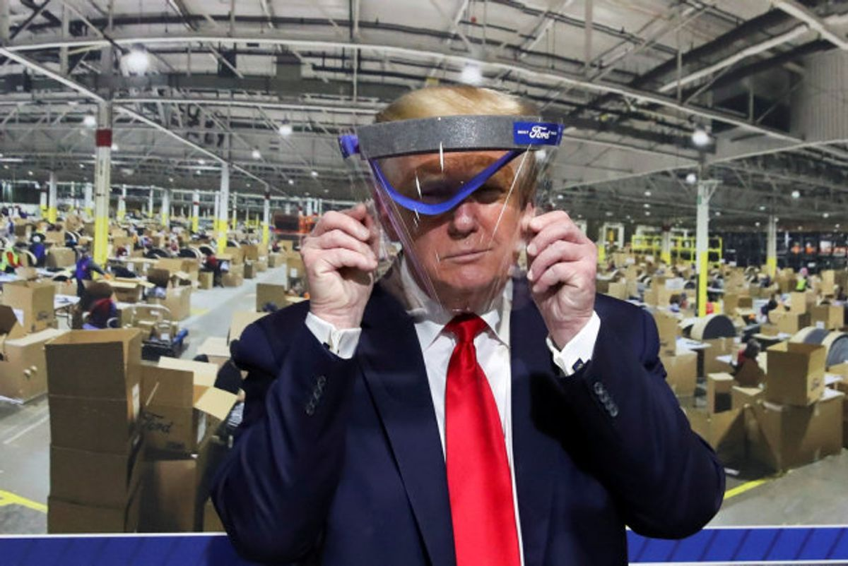USA's præsident, Donald Trump, holder beskyttelsesudstyr op foran ansigtet under et besøg på Fords fabrik i Michigan torsdag. Præsidenten har gentagne gange fremhævet hydroxyklorokin og klorokin som noget, han selv mener kan have en gavnlig effekt mod coronavirus, og han siger, at han selv har taget malariamidlet. Foto: Leah Millis/Reuters
