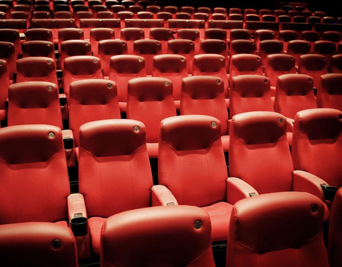 Hvis publikum sidder i samme retning, skal hver andet sæde være tomt – eller der skal være mindst en meters afstand målt fra midten af sædet. Foto: Scanpix