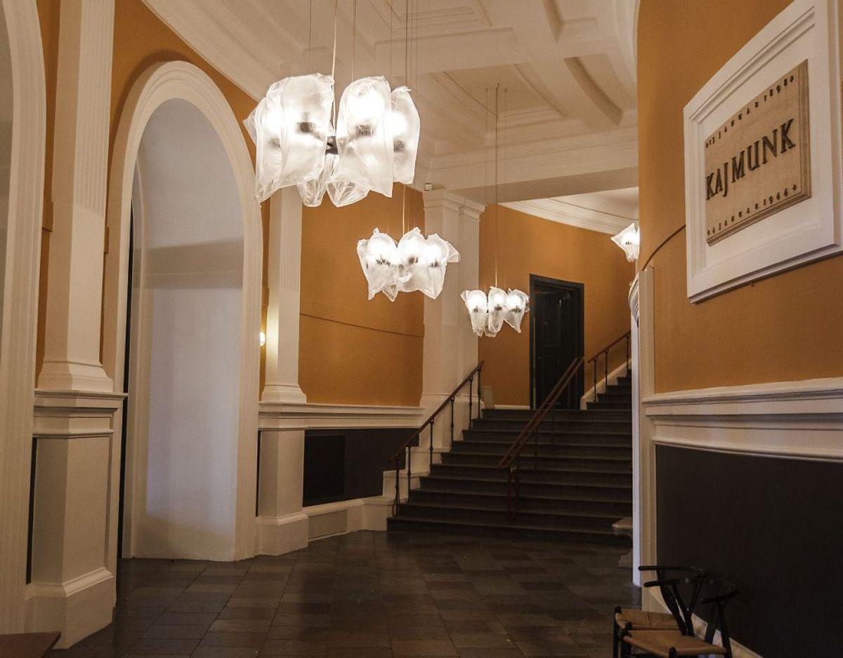 Foyer og tilstødende publikumsarealer skal indrettes, så smittefare minimeres. For eksempel ved afstandsmarkering ved billetskranken. Foto: Scanpix