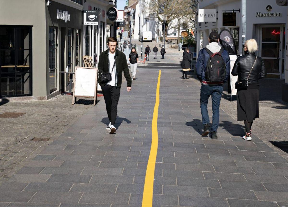 Generelt: Hold mindst en meters afstand mellem personer i det offentlige rum. Kilde: Sundhedsstyrelsen.(Foto: Henning Bagger/Ritzau Scanpix)
