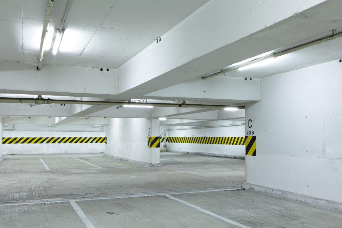 Ved ophold i lukkede rum med begrænset bevægelsesrum eller dårlig udluftning, eksempelvis kælderlokaler, bør man også holde to meters afstand til andre. Kilde: Sundhedsstyrelsen. Foto: Scanpix.